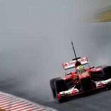 Felipe Massa pilota su Ferrari sobre mojado en Barcelona