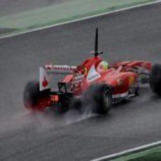 Vista lateral trasera del Ferrari de Felipe Massa en los test de Montmeló