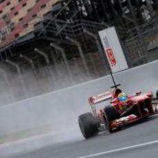 Felipe Massa con su Ferrari por la recta de meta del Circuit de Catalunya
