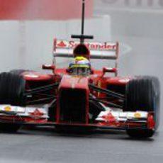 Felipe Massa entra en boxes en el Circuit de Catalunya