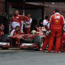 Ferrari practica paradas en boxes durante los test de Barcelona