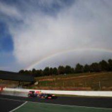 El Red Bull de Mark Webber bajo el arcoíris en Montmeló