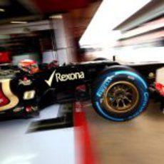 Romain Grosjean sale a pista con neumáticos de lluvia