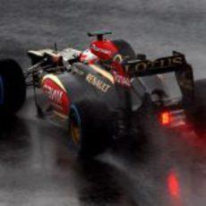 El Lotus de Romain Grosjean sobre la lluvia de Barcelona