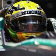 Lewis Hamilton en el interior de su Mercedes W04