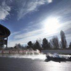 El Mercedes de Lewis Hamilton levanta una estela de agua en la recta