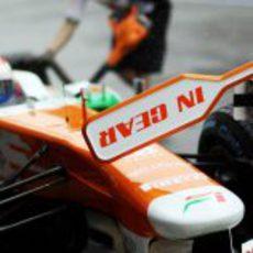 Parada en boxes para Paul di Resta en los test de Montmeló