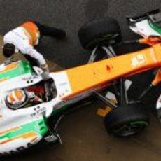 Los mecánicos empujan el Force India de Adrian Sutil al box
