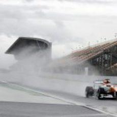 Adrian Sutil pasa por la mojada recta del Circuit de Catalunya