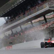 Max Chilton pasa por la recta de meta del Circuit bajo la lluvia