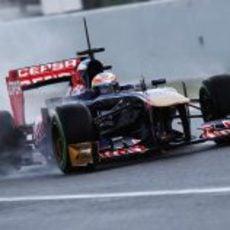 Jean-Éric Vergne levantando agua en la recta del Circuit de Catalunya