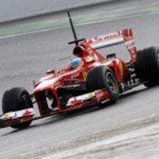 Fernando Alonso con neumáticos intermedios en Montmeló