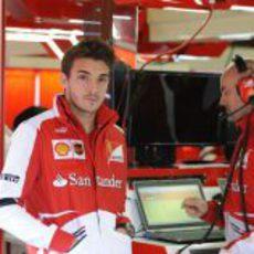 Jules Bianchi vestido con los colores de Ferrari en Barcelona