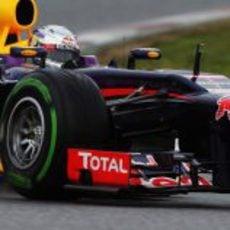 Sebastian Vettel rueda con los neumáticos intermedios