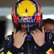 Mark Webber ajusta su casco antes de subir al Red Bull