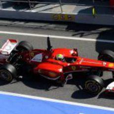 Felipe Massa sale de boxes con su Ferrari en Montmeló