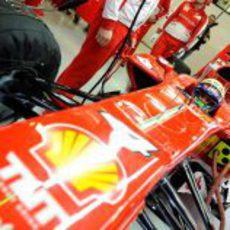 Felipe Massa a bordo del Ferrari número 4 en el garaje de la Scuderia