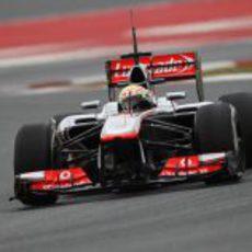Sergio Pérez pilota su McLaren MP4-28 en el Circuit de Catalunya