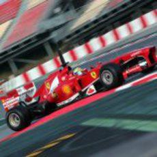 Felipe Massa coge la chicane del circuito de Montmeló