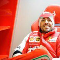 Fernando Alonso, sonriente en el garaje de Ferrari