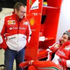 Stefano Domenicali y Fernando Alonso sonrientes en el box