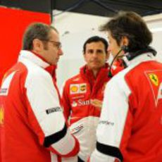 Stefano Domenicali, Pedro de la Rosa y Massimo Rivola en el box