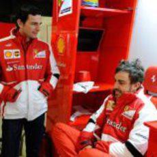 Fernando Alonso y Pedro de la Rosa hablan en el garaje de Ferrari