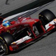 Fernando Alonso pilota el Ferrari en el Circuit de Catalunya