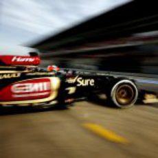 Kimi Räikkönen sale de boxes en los test de Barcelona