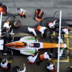 Parada en boxes para Paul di Resta en los test de Barcelona