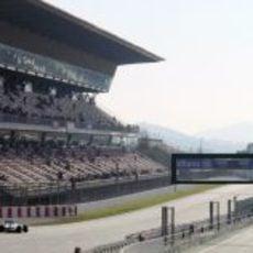Lewis Hamilton encara la recta de Montmeló