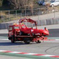 La grua carga con el Ferrari F138 de Felipe Massa