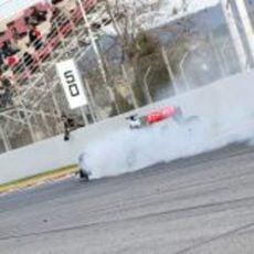 Jenson Button se pasa de frenada en la curva de la Caixa