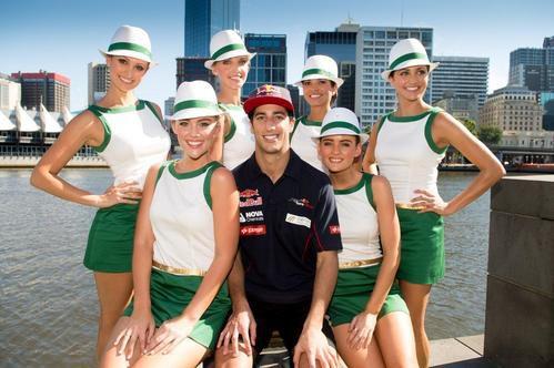 Daniel Ricciardo con las azafatas del Gran Premio de Australia