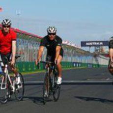 Paul di Resta rodando en bicicleta en Albert Park