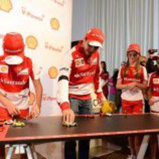 Fernando Alonso y Felipe Massa juegan con los Lego