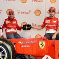 Los pilotos de Ferrari con el volante