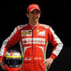 Pedro de la Rosa posando como piloto de Ferrari