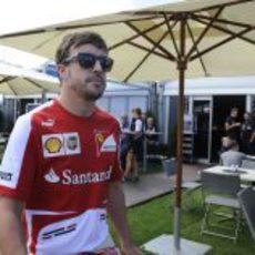 Fernando Alonso pasea por el paddock de Albert Park