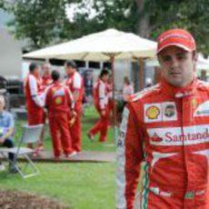 Felipe Massa camina hacia el motorhome de Ferrari