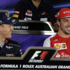 Sebastian Vettel y Fernando Alonso sonríen