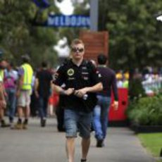Kimi Räikkönen, de paseo por el paddock