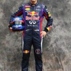 Sebastian Vettel posa como piloto de Red Bull