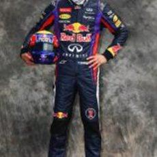 Mark Webber posa como piloto de Red Bull