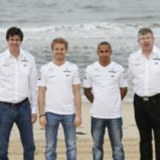 Toto Wolff y Ross Brawn con sus pilotos