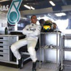 Lewis Hamilton en el box de su nuevo equipo