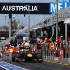 Mark Webber y Fernando Alonso en el pitlane