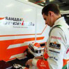 Adrian Sutil se prepara para volver a subirse al coche