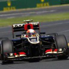 Romain Grosjean sale de una curva en Albert Park