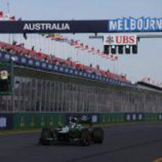 Charles Pic pasa por la recta de meta del circuito de Melbourne en los primeros libres